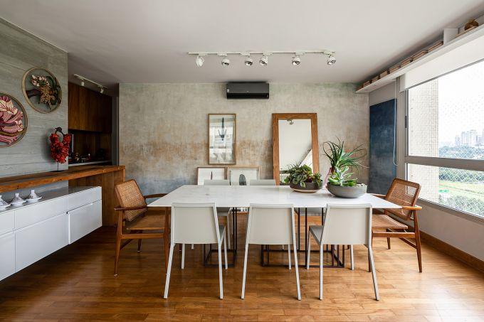Mix de materiais e cores marcam o décor do apartamento de Helô Marques
