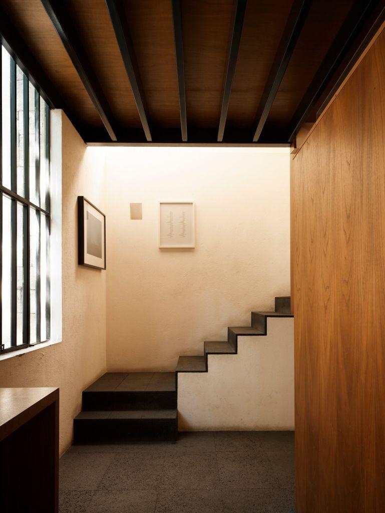 Uma escada no escritório de Sergio Ortiz leva a um estúdio que ele aluga para um ex-aluno