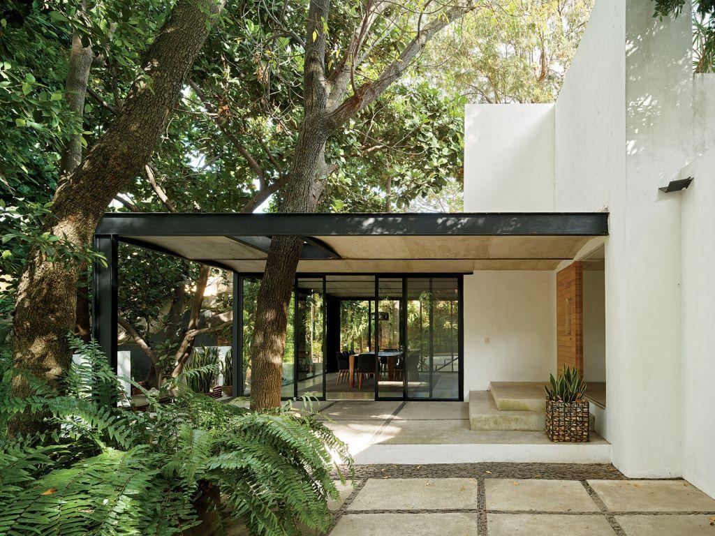 Na Casa com Sete Pátios de 2008, um freixo perfura o pórtico do pavilhão, que foi projetado por Alejandro Guerrero e Andrea Soto