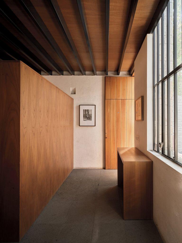 Na entrada do ateliê do arquiteto Sergio Ortiz 2008, paredes de gesso áspero, janelas de aço, piso de pedra vulcânica e marcenaria de cedro.