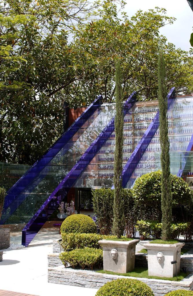 Churrasqueira Gourmet lado de fora todo coberto por vidro CASACOR São Paulo 2000