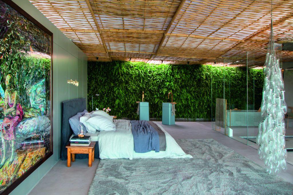 CASACOR RJ 2014 Gisele Taranto investe em espaço de calmaria, no centro uma cama e na parede plantas cobrindo toda a lateral