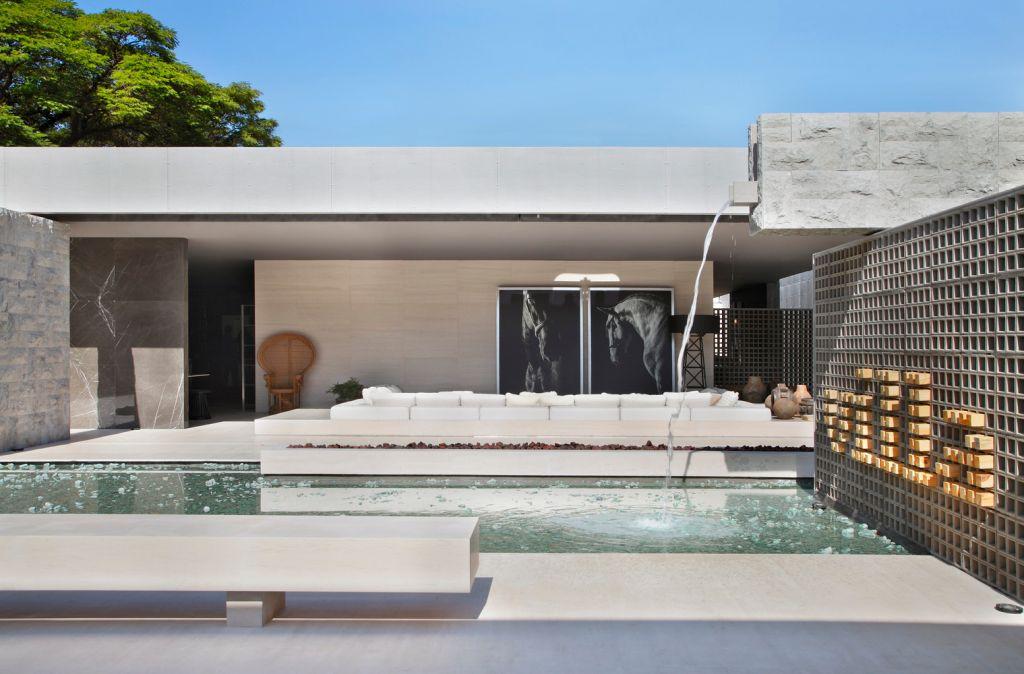Fachada clean com piscina de borda infinita feita por Guilherme Torres para a Deca
