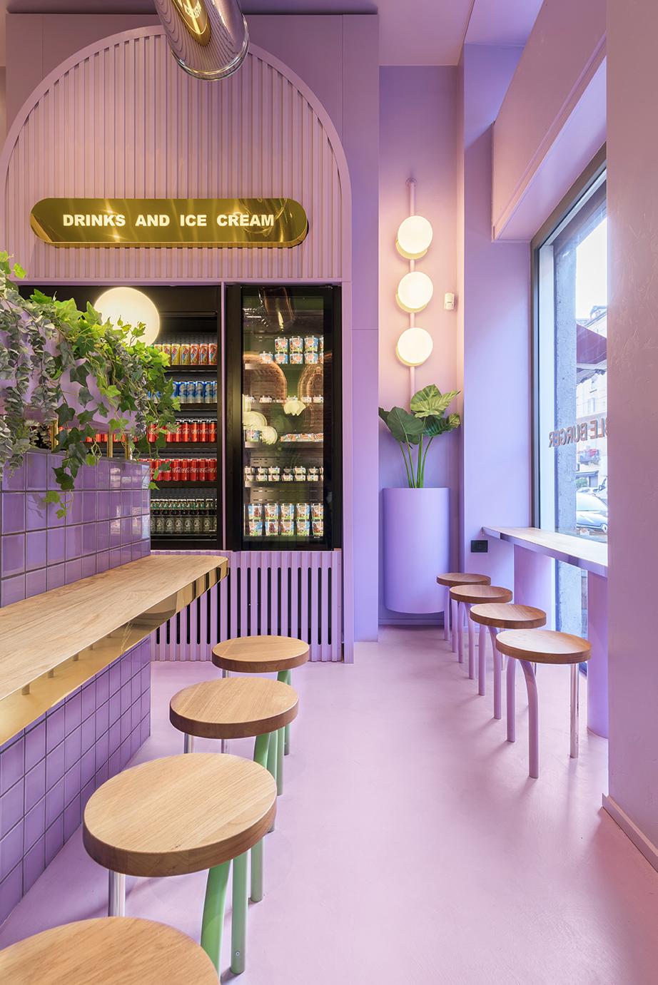 Restaurante em Milão mescla verde, roxo e tijolos na decoração