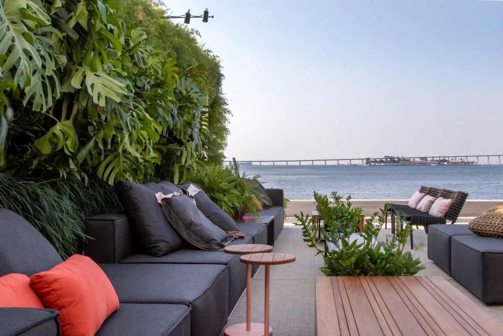 varanda com vista para paisagem com uma parede coberta de plantas na parte de trás