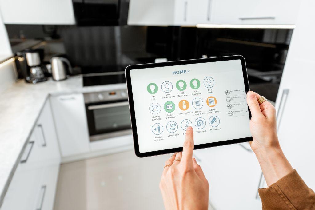 tablet automatizando cozinha casas inteligentes