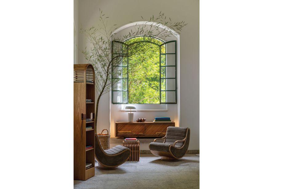 Não só as estantes, como todo o mobiliário utilizado no espaço foi criado exclusivamente por Lia Siqueira. Em destaque, estão as poltronas e os baús, que criam o ambiente perfeito para leitura.