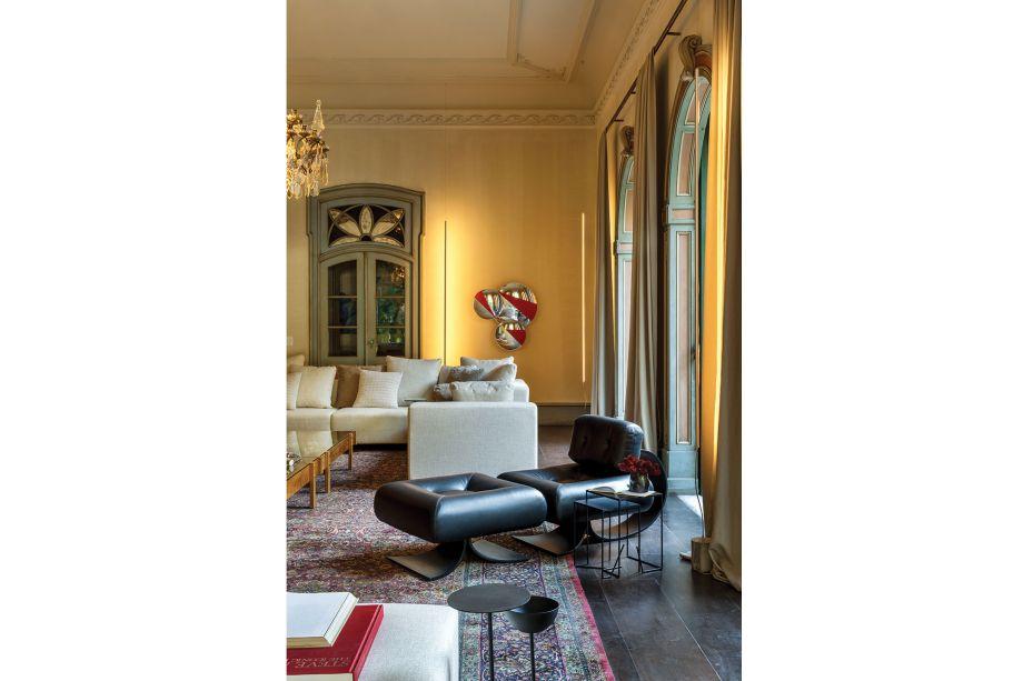 Com ares de galeria de arte, o espaço ainda recebeu a clássica poltrona Alta, de Oscar Niemeyer, em destaque na foto. Ainda, a mesa lateral Jardim, do portfólio de Jader Almeida, leva modernidade à composição.