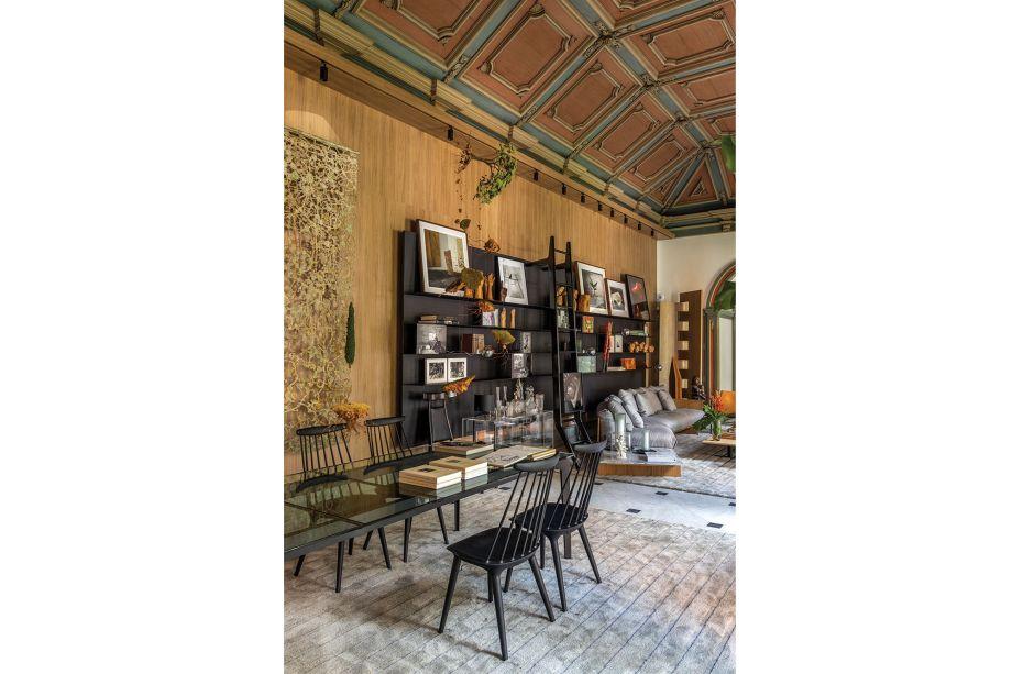 """Na Sala de Arte """"Contemplação"""", Mario Costa Santos apresenta um living e sala de jantar com a clássica cadeira Windsor e o sofá Box, ambos de Jader Almeida. Na composição, aparece ainda a atemporal cadeira Chifruda de Sérgio Rodrigues."""