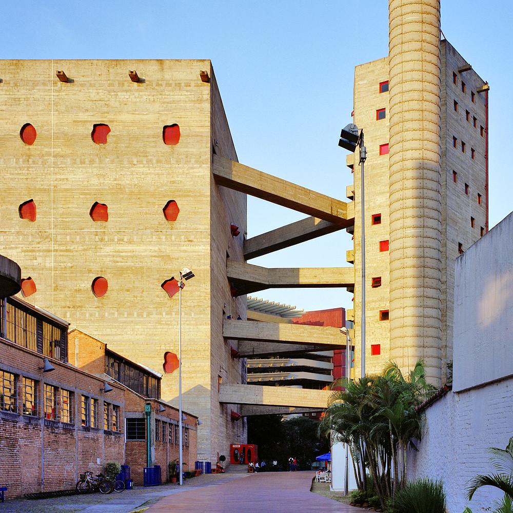 Sesc Pompéia duas torres integradas