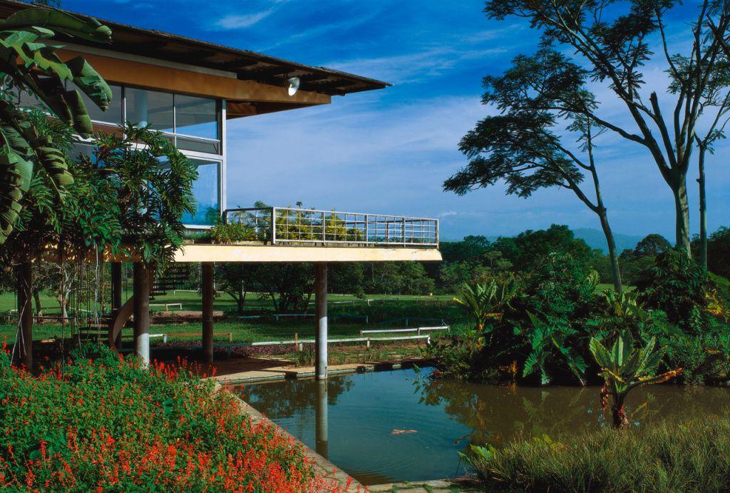 paisagem com vista para o lago na residência de olivo gomes