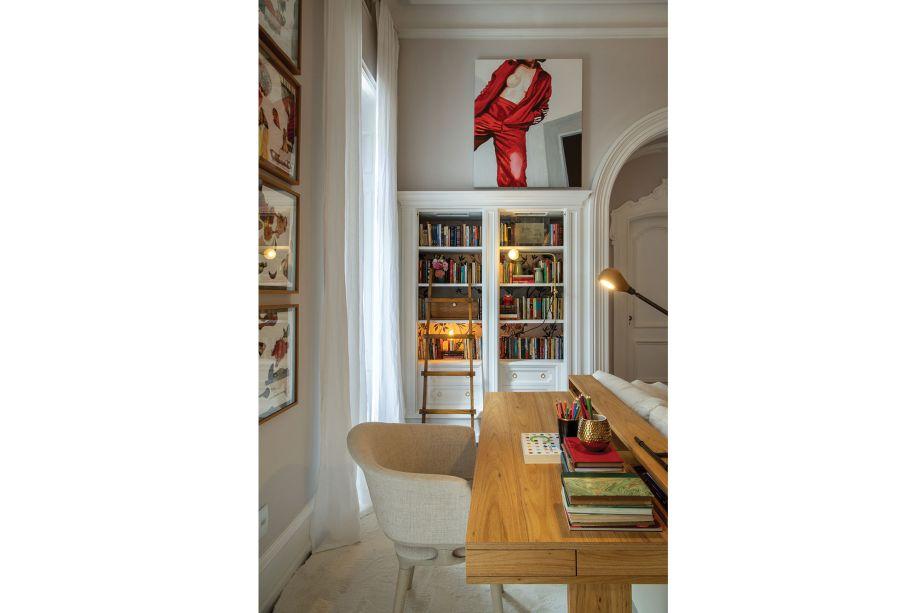 De Jader Almeida, a cadeira Munik completa a área do escritório, que incorpora os elementos originais da casa à composição, como os armários e as estantes.