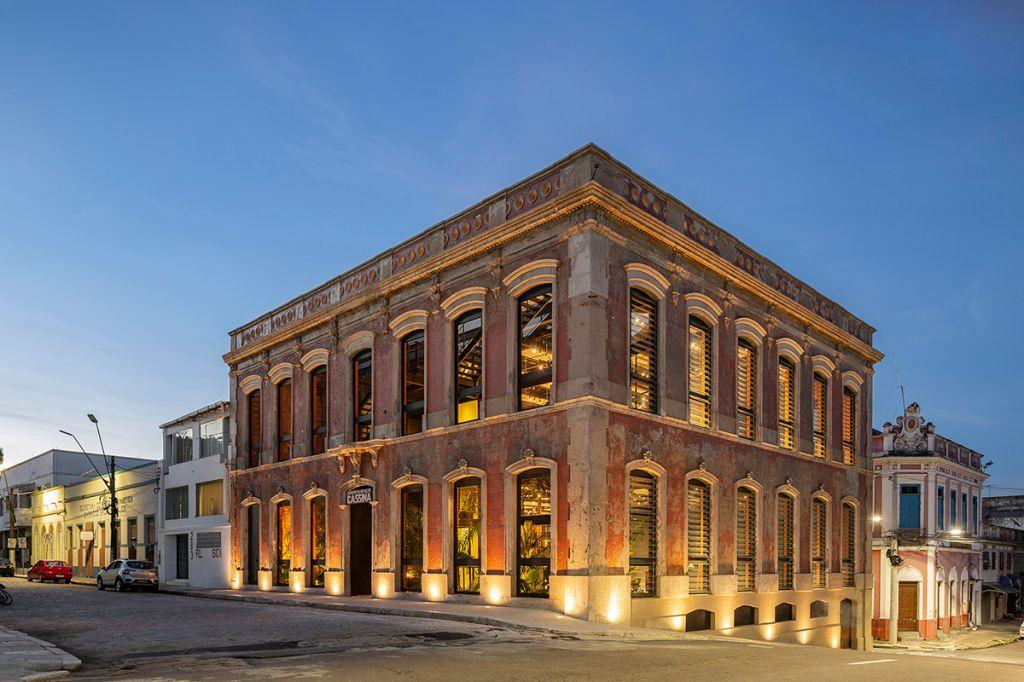 Batizado de Casarão da Inovação Cassina, o edifício de 125 anos em Manaus, capital do estado do Amazonas, que foi cuidadosamente revitalizado pelo estúdio Laurent Troost Architecture, agora funciona como um co-working, local de trabalho compartilhado.