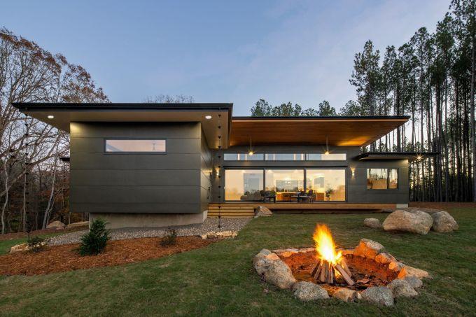 Casa no meio de floresta produz toda a energia que consome