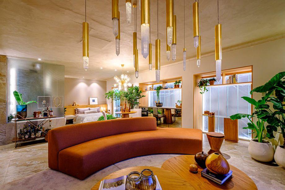 Loft Querencia - Iris Rojas e Taynara Wazilewski. CASACOR Bolívia 2021. Com 53 m², esta casa vila convida ao descanso, longe do caos da cidade e do wi-fi. O espaço tem todos os seus ambientes integrados: quarto, banheiro, cozinha, jantar, estar, escritório e até piscina.