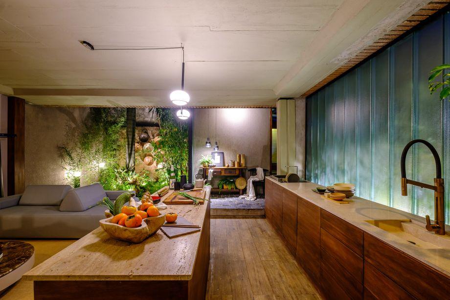 Casa Komorebí - Tassiana Oshiro. Komorebi é uma palavra japonesa que designa o fenômeno que ocorre quando a luz do sol se entrelaça nos galhos das árvores. É também o nome deste ambiente que tem base no minimalismo japonês, onde cada elemento mantém a sua essência, respeita o ciclo natural das coisas, mas sem perder a identidade. Um local com paredes texturizadas, luz natural, iluminação indireta, tons de bege e cinza e uma fachada translúcida.