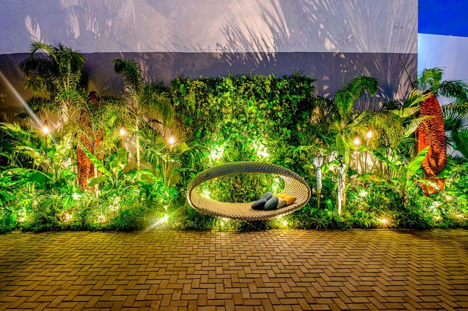 """El Sendero de la Tribu – Betty Ibáñez. Em português, significa """"O Caminho da Tribo"""" e, como o nome diz, é um jardim inspirado em uma tribo africana que representa o trabalho de Ozain, orixá das florestas. É um espaço composto por elementos de madeira, jardins verticais e plantas nativas, como bananas e guembés. Situado na Plaza de CASACOR, o caminho é um local para sonhar, relaxar, absorver o ruído e descobrir os segredos da natureza."""