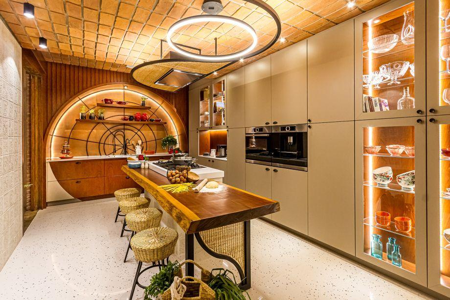 """Cocina de Origen - Rodrigo Durán e Silvana Valenzuela. """"Definimos o arco como o elemento focal, mas distorcemos um pouco a sua base. A escolha foi feita pelo fato de que o arco é um elemento muito presente em toda a casa, assim como o tijolo do teto"""", explicam os profissionais. Eletrodomésticos e móveis modernos compõem com pisos e revestimentos em estilo retrô e com o balcão de madeira maciça."""