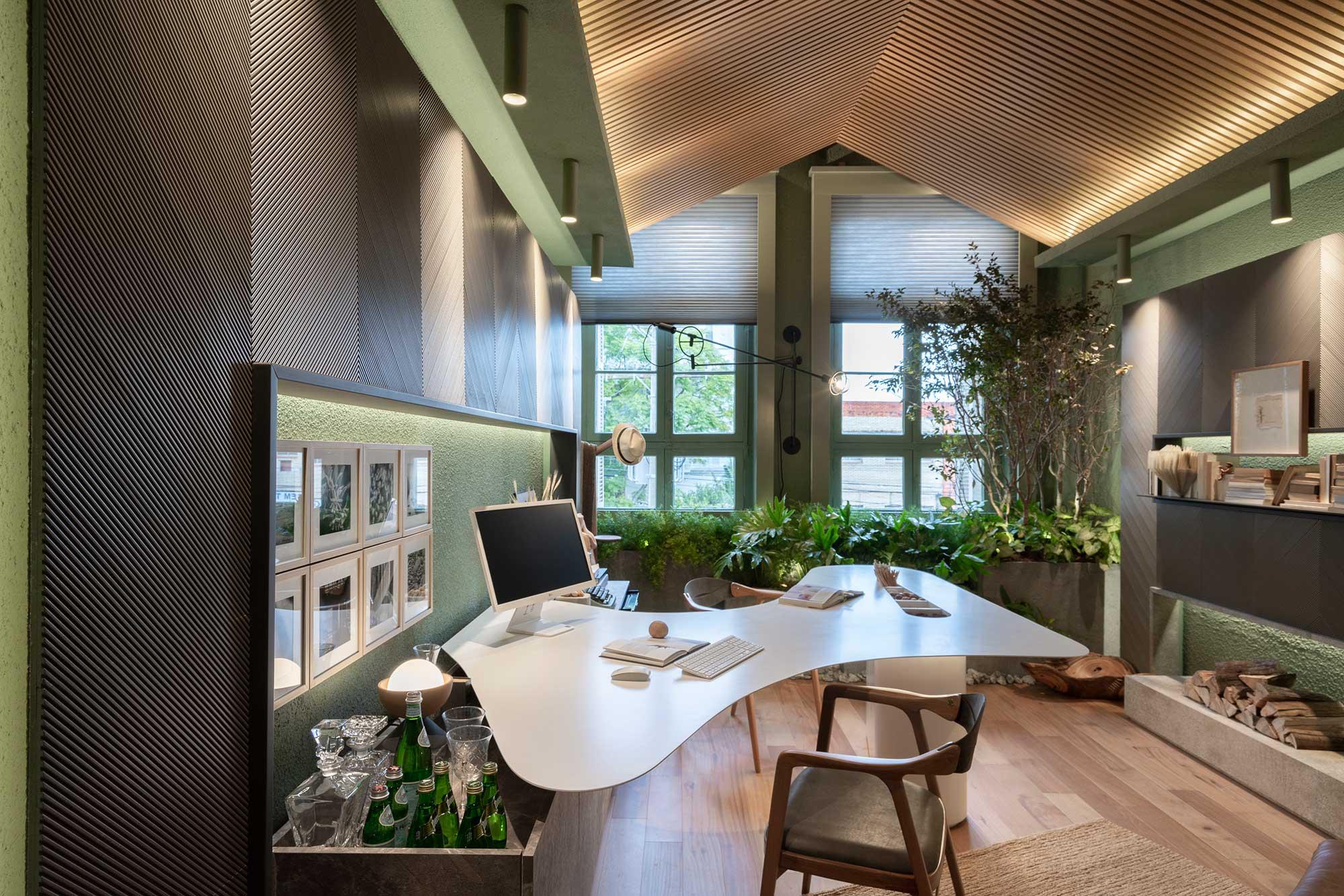 Home office do casal; casacor 2019 urban jungle jardim vertical