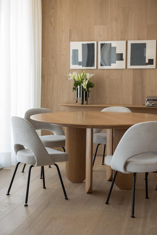 Apartamento assinado por Patrícia Martinez utiliza madeira em todos os ambientes