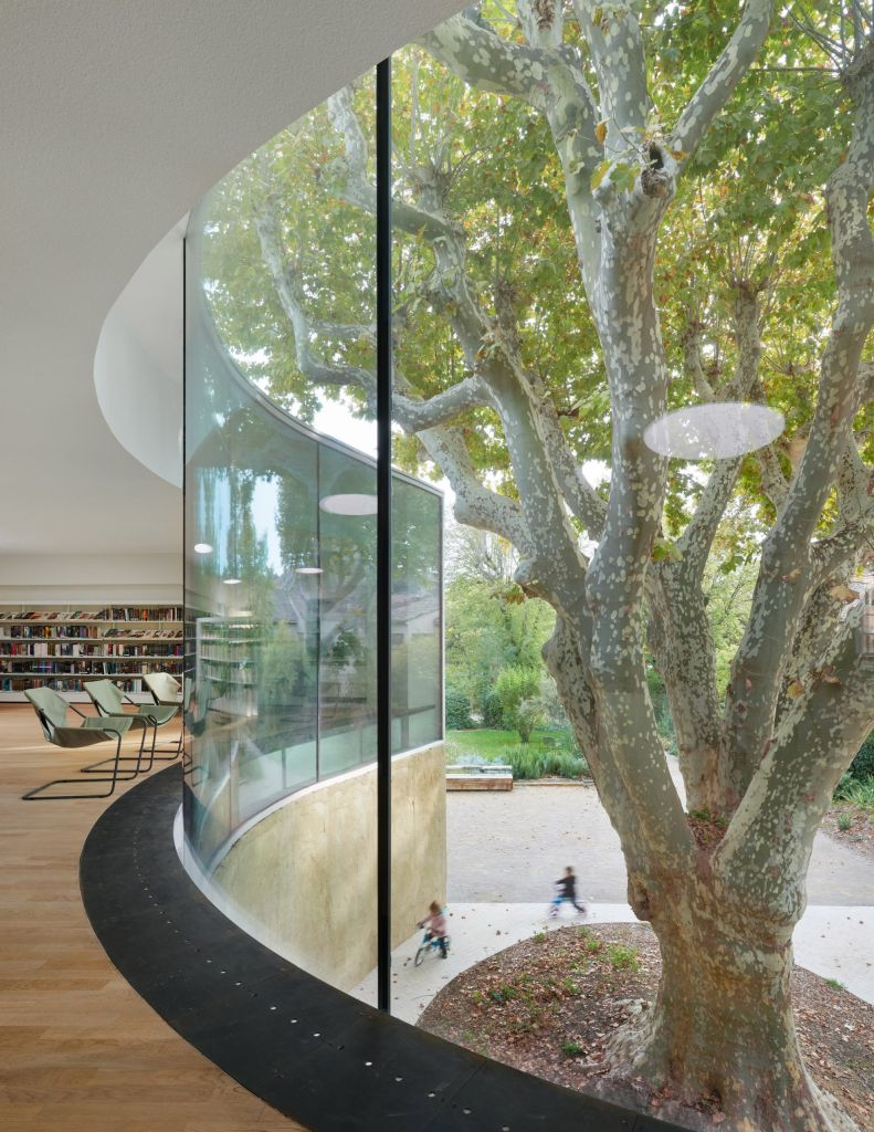 ampla fachada de vidro mansao francesa biblioteca
