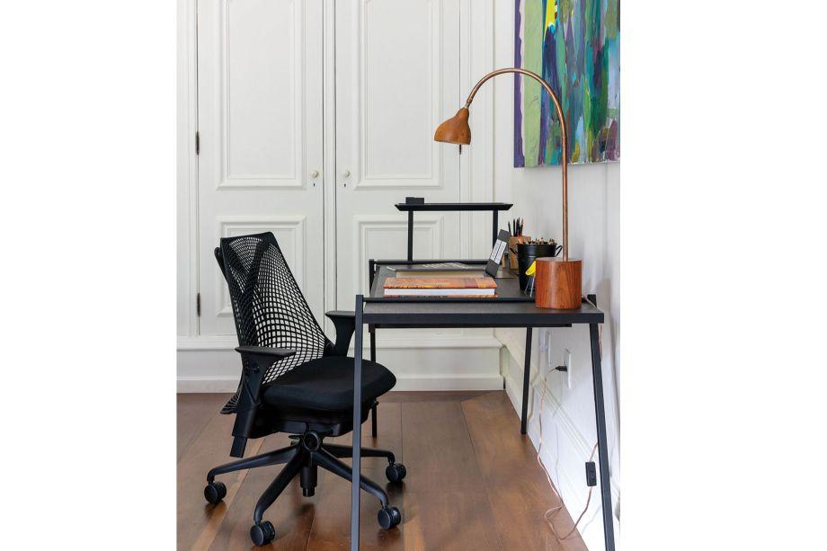 Suíte do Hóspede, de Angela Leite Barbosa e Daniel Marques Mendes. Muitas vezes, o espaço de trabalho fica dentro do quarto. A proposta da dupla é usar uma cadeira confortável e uma escrivaninha que comporte tudo o que você precisa para trabalhar.
