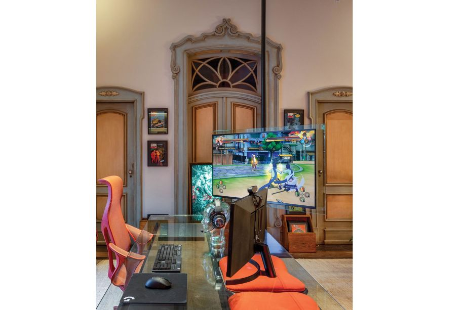 Home Office & Games, de Caco Borges e Carolina Haubrich. Tem proposta também para o gamer! TV de tela bem grande, mesa ampla e confortável e os melhores gadgets para o gamer jogar com conforto. O espaço, claro, também pode ser usado por quem tem trabalhos mais convencionais.