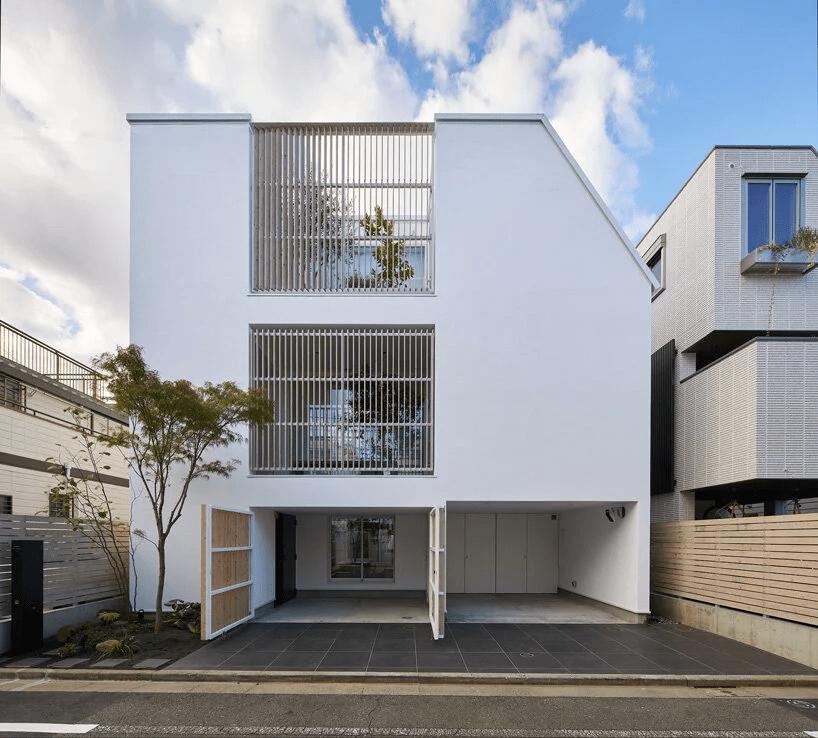 fachada da casa minimalista com pátio de vidro