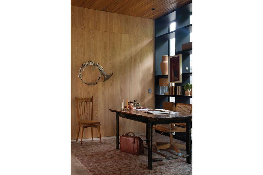 Casa UP para Metalmarco, da UP3 Arquitetura. O décor contemporâneo dá o tom neste home office espaçoso. Na parede, a obra de arte avisa com humor: é hora de trabalhar!