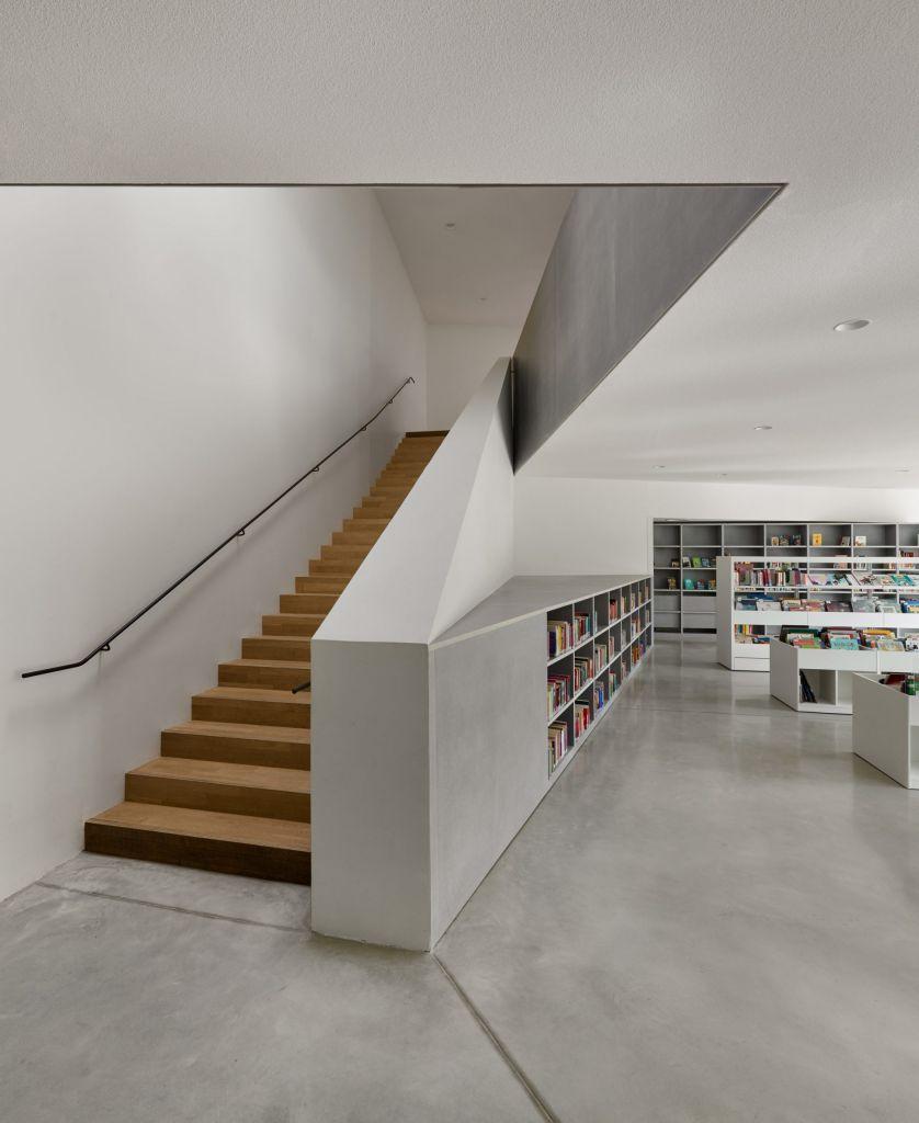 escada de madeira acesso ao segundo piso biblioteca francesa