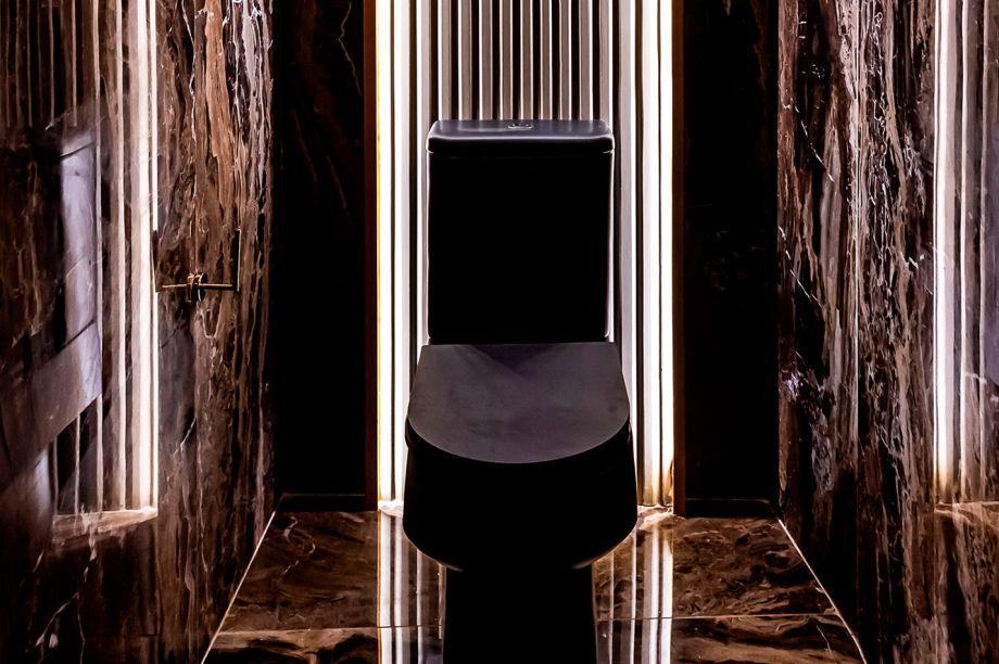Baños a Niveles - Gabriela Greiner e Natalia Pereyra. O desafio das profissionais foi projetar banheiros em espaços pequenos, irregulares e espaçados. Para isso, elas criaram áreas integradas por meio do design, com elementos, texturas, cores e iluminação indireta, nos três níveis do projeto. No primeiro andar fica a pia; no mezanino, os chuveiros; no térreo, o lavabo e a penteadeira. Painéis ranhurados, materiais e cores vivas caracterizam a arquitetura eclética.