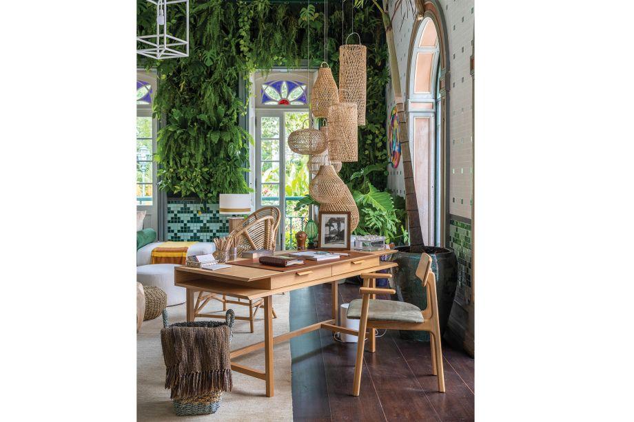 Jardim de Inverno, de Jean de Just. Pensado como um ambiente para ser usado por toda a família, o espaço do arquiteto francês ganhou também um home-office cheio de charme com as luminárias em fibra pendentes no canto da mesa de trabalho.