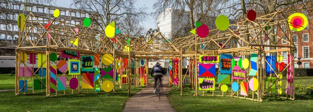 """""""Ver Através"""" (See Through, em inglês) é uma instalação interativa de bambu com cores impressionantes, diferentes padrões geométricos e mensagens de esperança e alegria."""