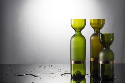 A série de vasos criada Brunno Jahara e Patrícia Bagniewski foi criada a partir de garrafas