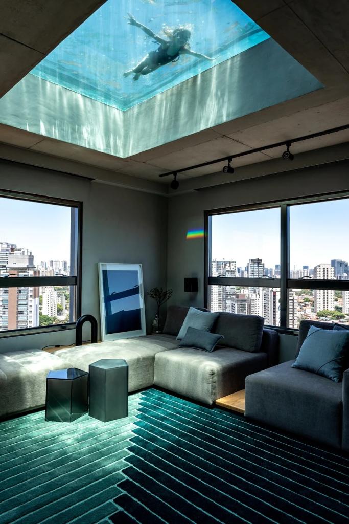 piscina de vidro no teto de cobertura