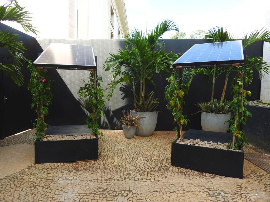 projeto com placa solar acobertando as plantas