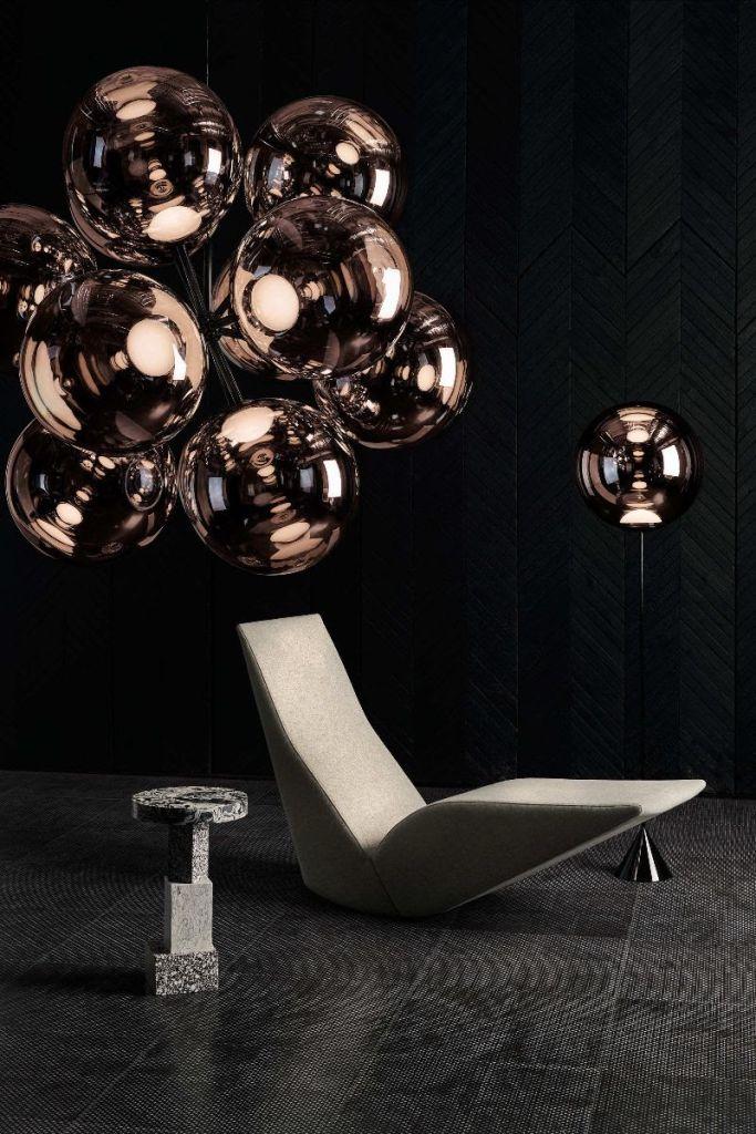 Tom Dixon. HYDRO, uma cadeira 100% reciclável, e BURST, um avantajado lustre composto por 12 orbes esféricas.