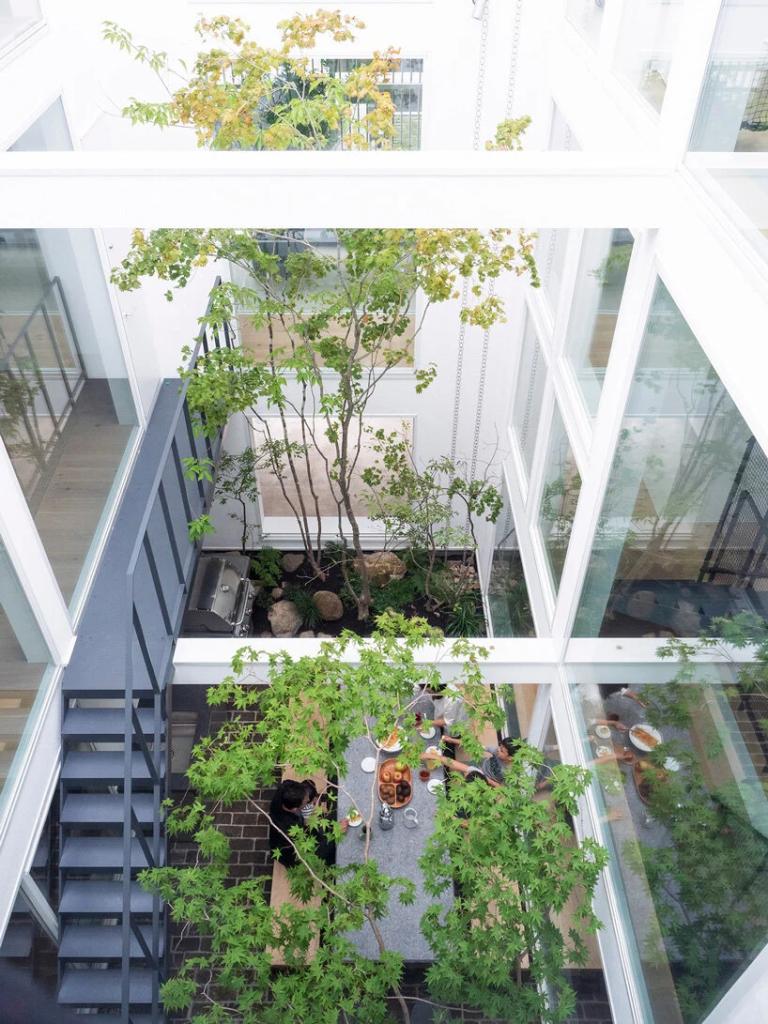 vista para todos os comodos a partir do jardim por meio de uma estrutura de vidro