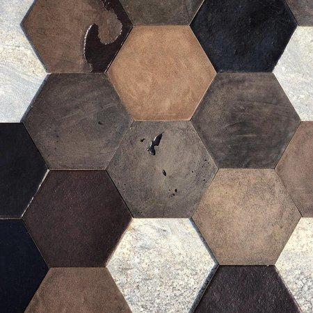 Produzido pela Recoffe Design, o revestimento Hexágono utiliza a borra de café como matéria-prima e aglutinantes naturais de fonte renovável.
