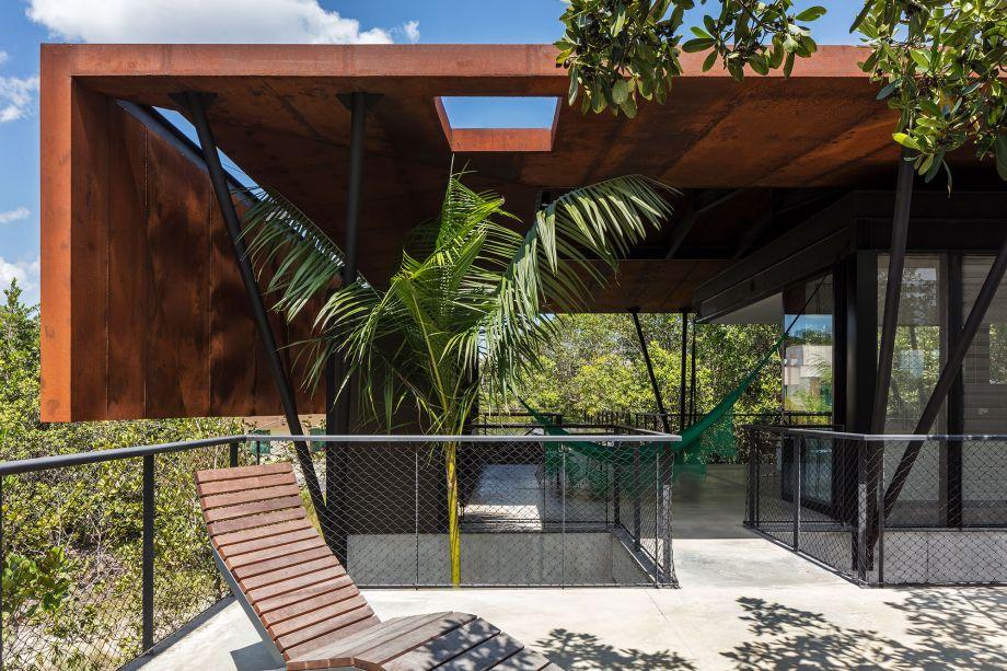 O telhado de aço corten se transforma com o tempo: a oxidação muda a cor do material e cria uma barreira de proteção.