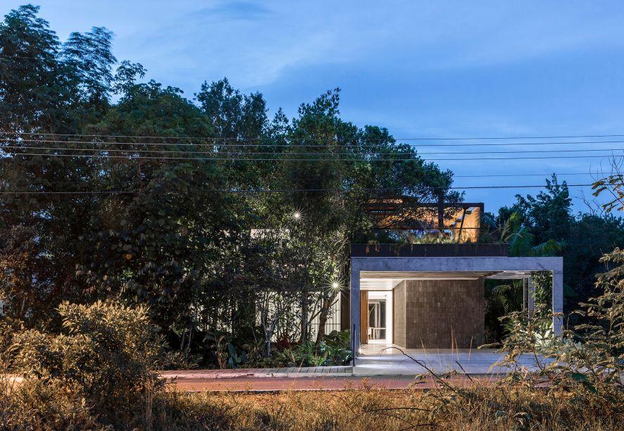 Fachada da casa Campinarana: as árvores funcionam como barreira visual da fachada.