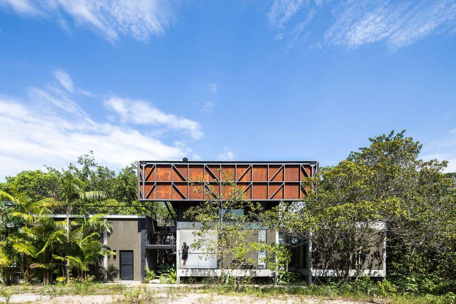 Vista lateral da casa Capinarana: o aço corten protege do sol e ainda traz cor à fachada.