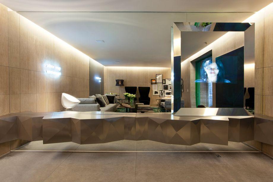 Elounge - CASACOR São Paulo 2011 - O home living de 38 m² poderia ocupar o lobby de qualquer grande hotel do mundo. É um espaço onde a interconectividade entre as diversas tecnologias de comunicação (web, celular, tablets, aplicativos e screens interativos) prenuncia uma nova identidade espacial.