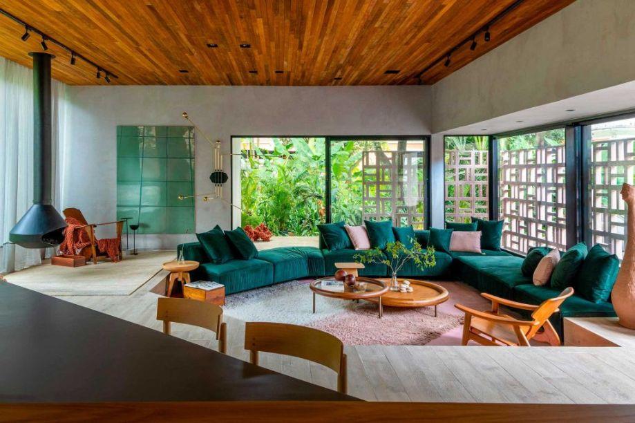 UP3 Arquitetura – Casa UP. Michelle Wilkinson, Thiago Morsh e Cadé Marino criaram uma construção contemporânea em estrutura metálica feita exclusivamente para a mostra de forma rápida, sustentável e sem gerar quase nenhum lixo. A casa se camuflada no jardim e, em seu interior, mistura o estilo escandinavo com o carioca. Pedra, argila, madeira e algodão são usados na decoração dos espaços abertos e multifuncionais, criando um ambiente que propõe uma reconexão com a natureza, o que é ainda mais reforçado pela paleta em tons terrosos e verde-mata.