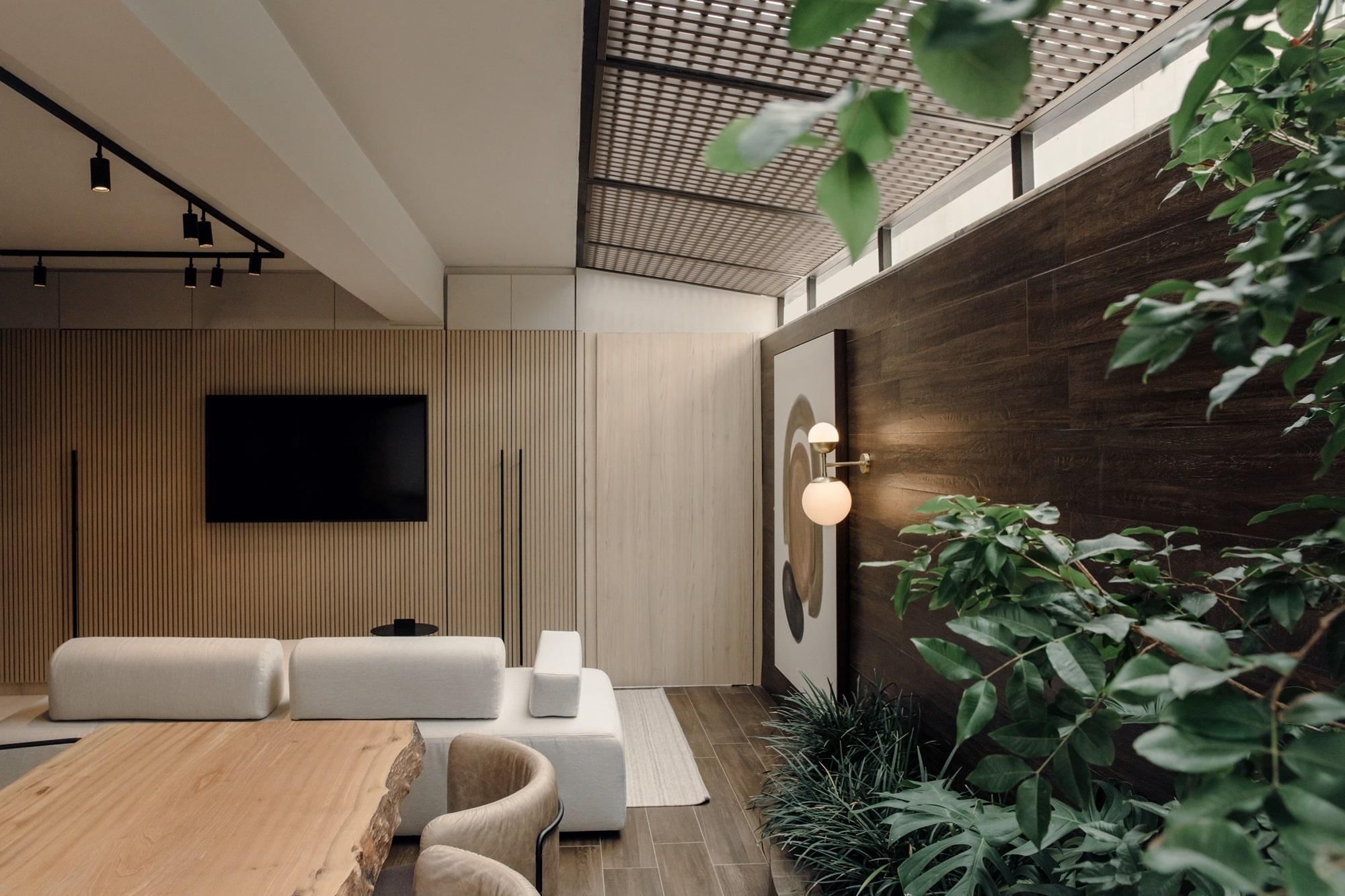 Luz costura entre brises e desenha as superfícies do apartamento LODZ