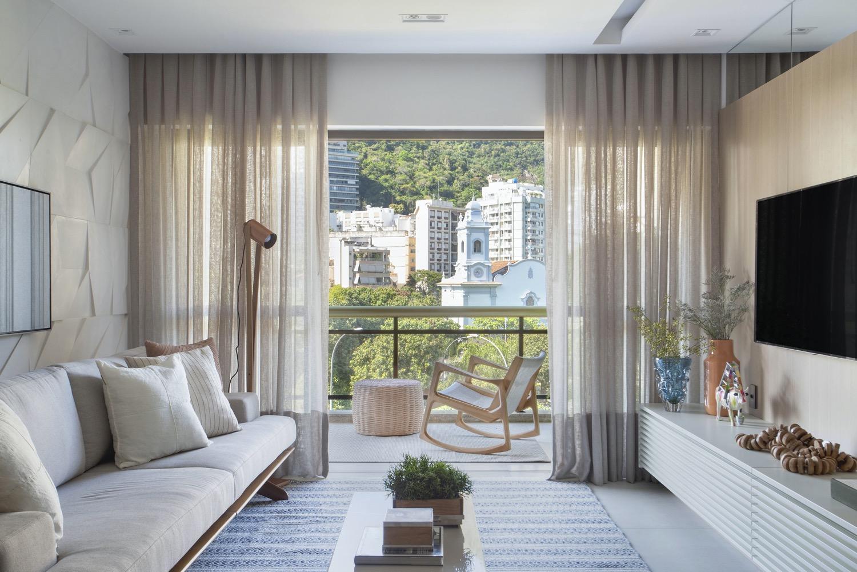 No Rio, apartamento com vista e decoração atemporal