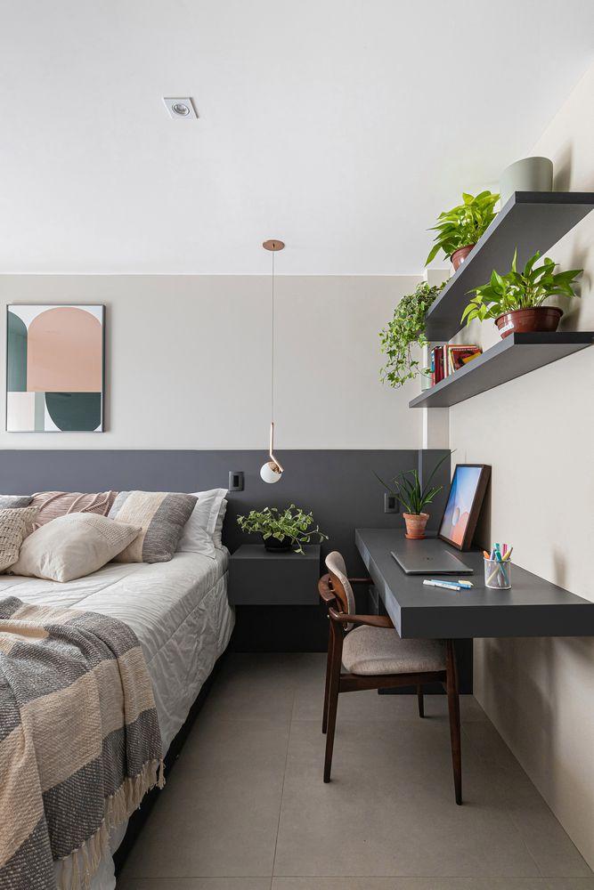 apartamento com planta em prateleira no quarto