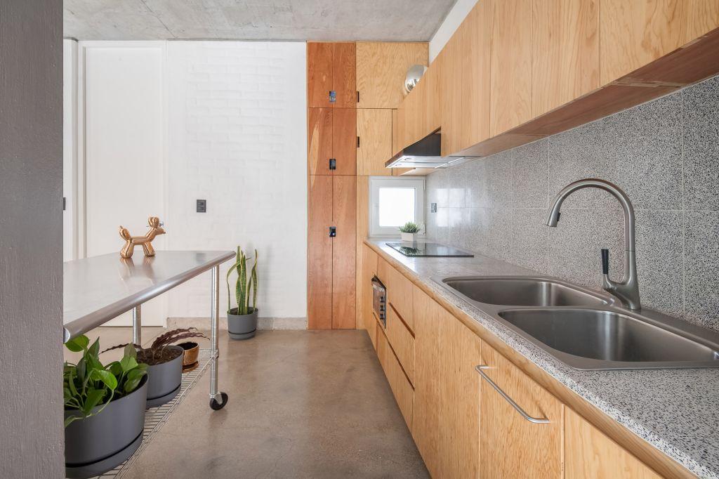madeira natural em casa aconchegante com rede no centro