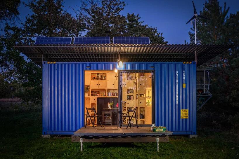 Casa container vista de fora é projeto da Pinup Houses