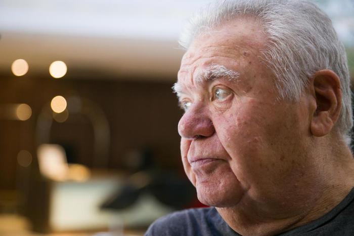 retrato do arquiteto Jaime Lerner de perfil, olhando em direção ao lado esquerdo